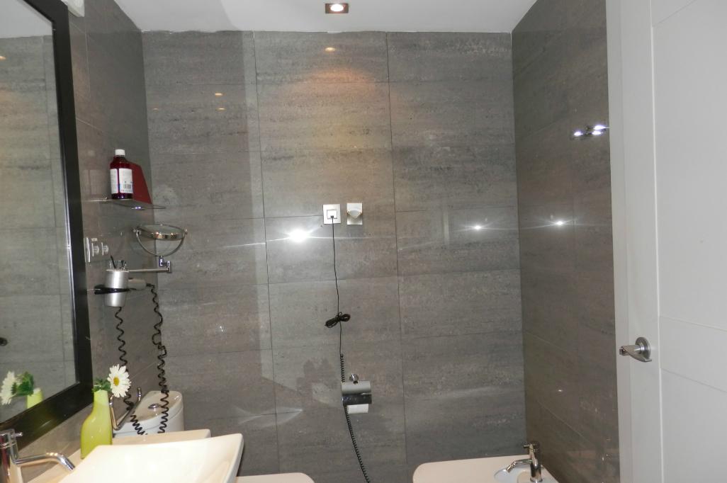 Baño Blanco Con Gris:Baño con tonos grises – Reformark