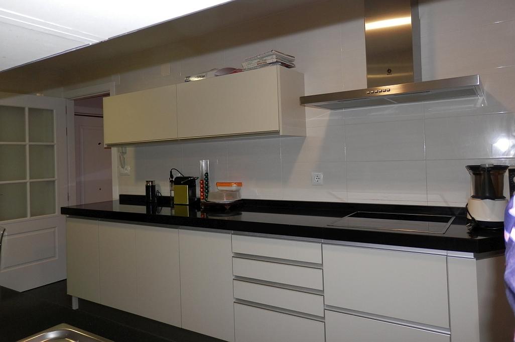 Cocina con encimera negra reformark for Muebles de cocina con encimera