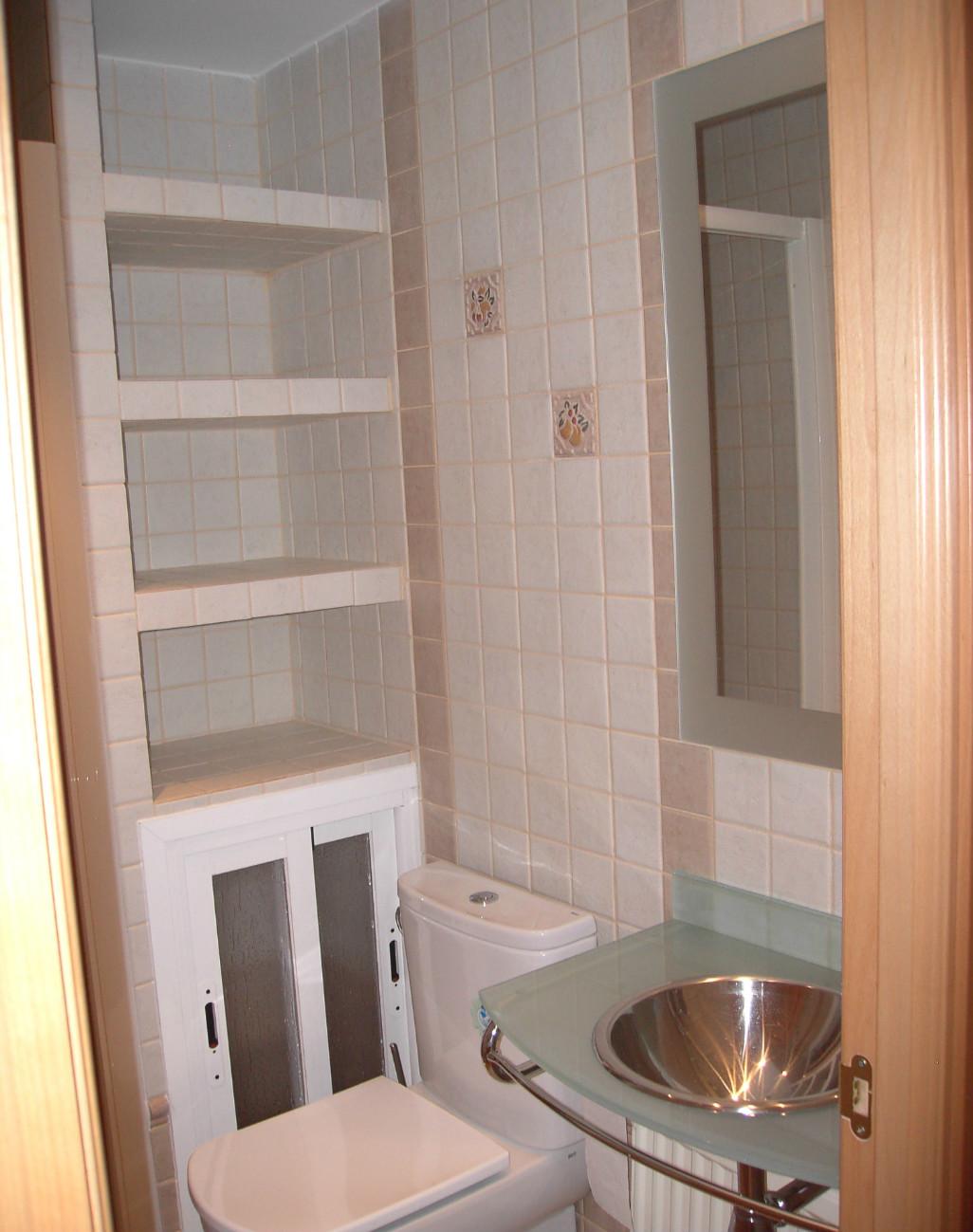 Ba o con azulejo peque o reformark - Estantes para interior ducha ...