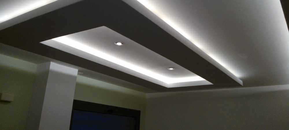 Colocar falso techo reformark for Plafones luz pared