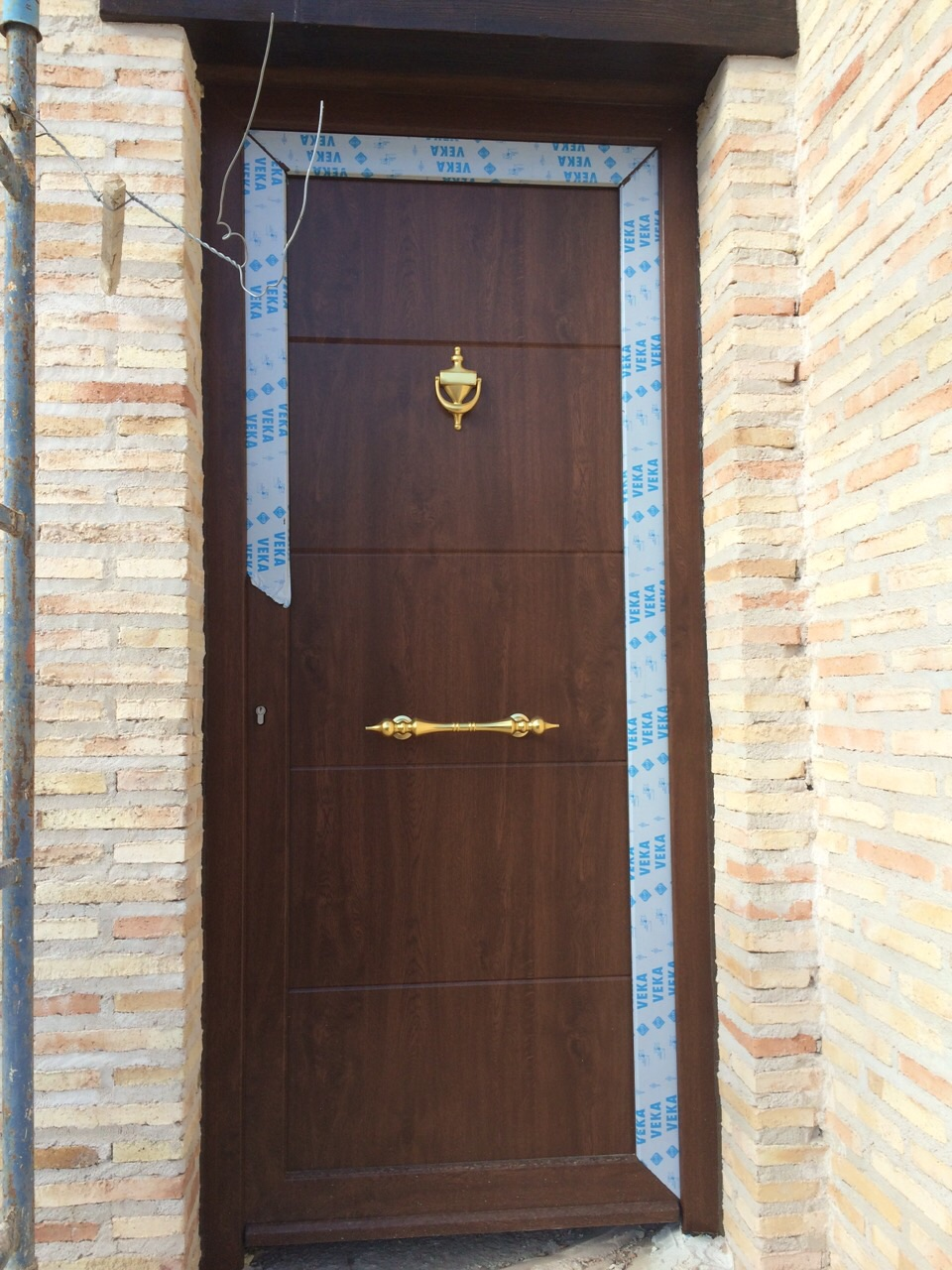 Puertas de entrada reformark for Modelo de puertas de madera exteriores